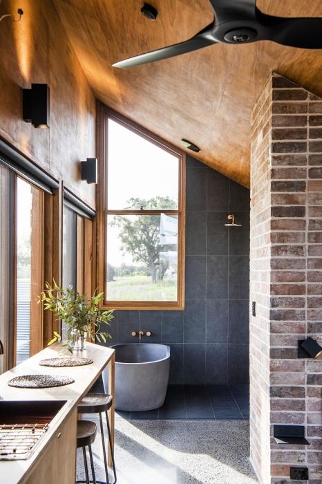 Ванна с душевой кабиной из стекла установлены в жилой зоне (Gawthornes Hut, Австралия).   Фото: newatlas.com.