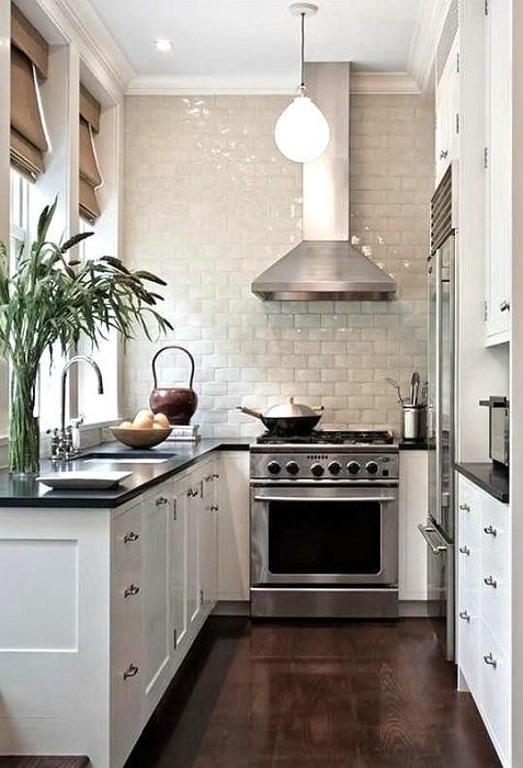 Оформление интерьера очень узкой кухни с нишей.