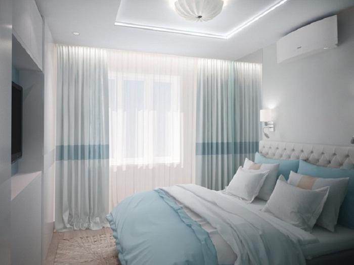 Холодные и нежные тона крошечную спальню сделают более просторной и воздушной. | Фото: myhome.ru.