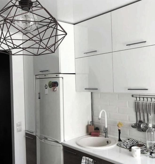 Навесные шкафы до потолка позволили освободить напольное пространство для обеденной зоны. | Фото: nastroy.net.