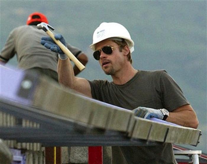 Брэд Питт помогал строителям возводить дома пострадавшим.