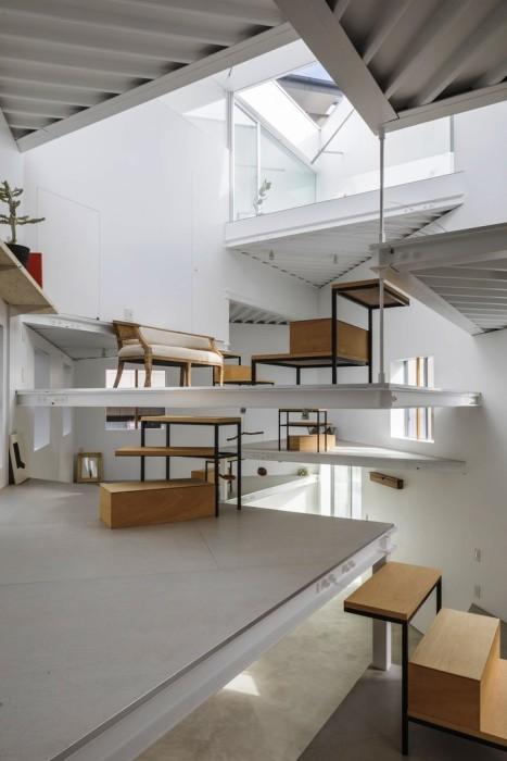 Ступени с площадками по внутреннему периметру дома выступают и в роли лестницы, и выполняют дополнительные функции. | Фото: wday.ru.