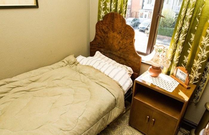 Интерьер спальни в доме британца полностью соответствует английскому довоенному стилю. | Фото: ladbible.com.