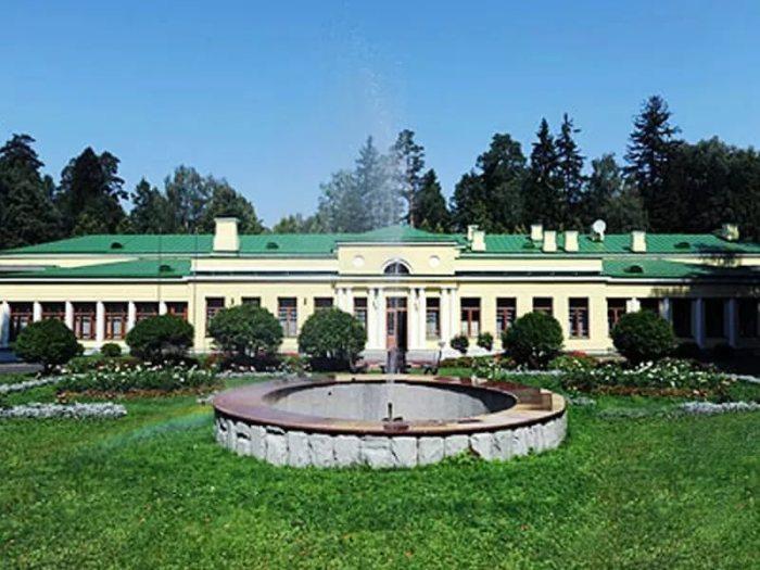 Дачу в Семеновском по приказу Андропова перекрасили в светлые тона, но во времена Сталина она была зеленой. | Фото: diletant.media.