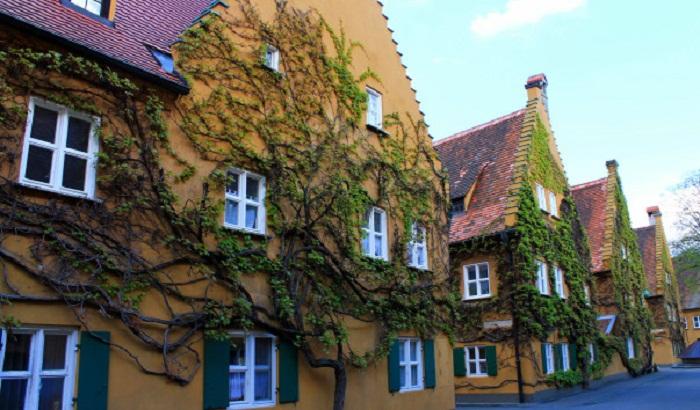 Оригинальное оформление фасада здания.