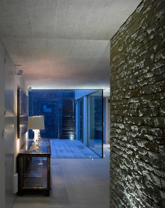 Лаконичный интерьер одной из подземных спальных комнат с ванной за стеклом («Round Tower», Великобритания). | Фото: 4living.ru.