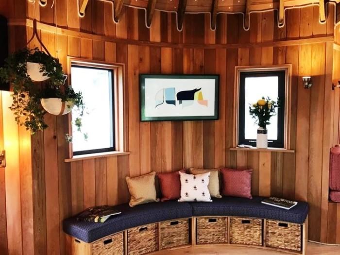 В гостиной можно почитать или пообщаться с друзьями. | Фото: newatlas.com.