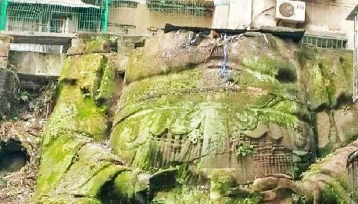 Сохранившиеся элементы украшений божества явно просматриваются после очистки статуи от мха и зарослей (Большой Будда Наньпиня, Китай). | Фото: archaeologynewsnetwork.blogspot.com.