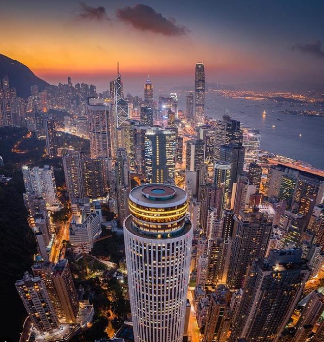 Вечерние огни Гонконга (Китай). | Фото: instagram.com/ Lee Mumford.