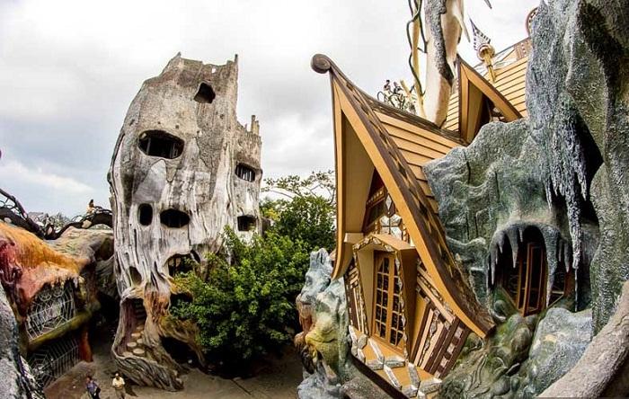 Этот неординарный отельный комплекс навевает страх и ужас на местных жителей (Crazy House, Вьетнам).