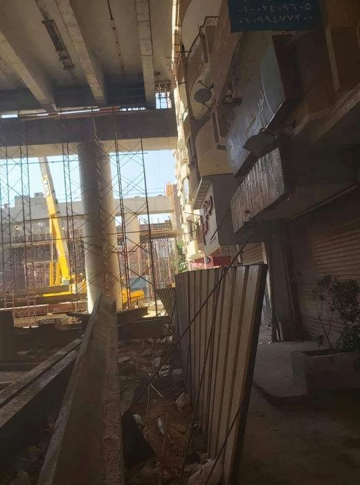 Нижние этажи многих домов оказались в полной изоляции и темноте («Teraet Al-Zomor Bridge», Египет). | Фото: laguiadelvaron.com.