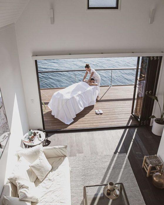 По желанию клиента на палубу плавучего отеля в любое время доставят профессионального массажиста («LilyPad Palm Beach Villa», Австралия).   Фото: everydayobject.us/ © Ian Davidson.
