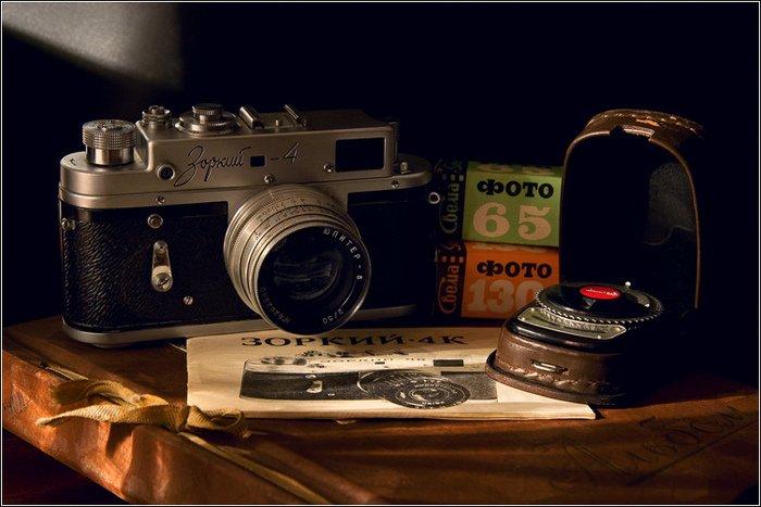 Фотоаппарат «Зоркий», экспонометр и фотопленка тех времен.