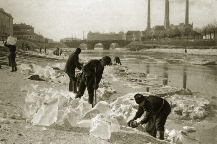 Так происходила заготовка льда в Москве для ледяного хранилища в 20-е годы. | Фото: blackspot.livejournal.com.