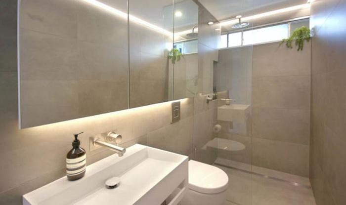 С  одной стороны ванной комнаты установили душевую кабину, унитаз и рукомойник («Boneca», Сидней). | Фото: archidea.com.ua.