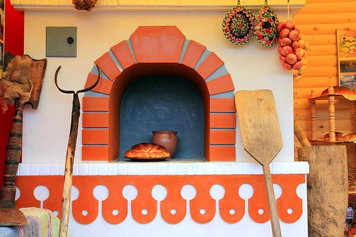 Оформление русской печи в стиле «а-ля рюс». Достаточно белого цвета и небольшого яркого декора.