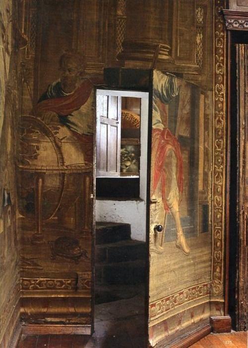 Тайная дверь в будуар фрейлины.