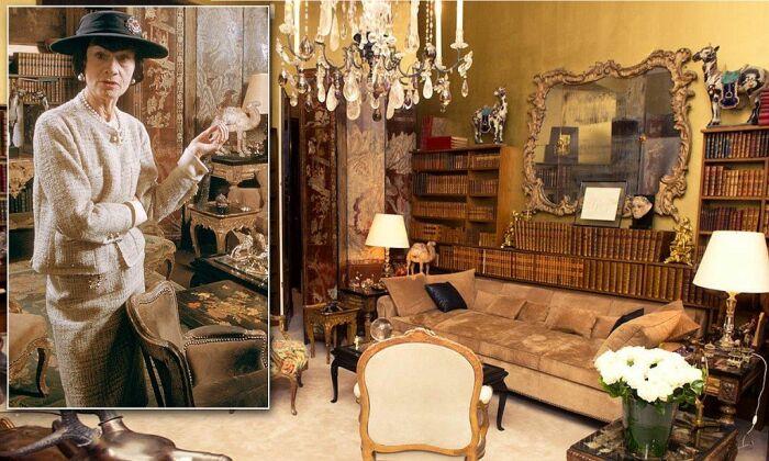 Коко Шанель в гостиной своей квартиры, расположенной над бутиком (Париж, Франция). | Фото: shop.rivegauche.ru/CHANEL.