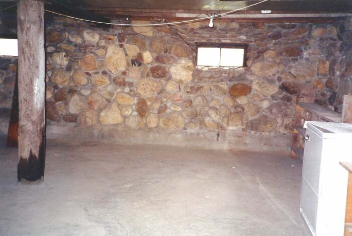Некоторые внутренние стены так и остались каменными, сохраняя старинный колорит. | Фото: preview.redd.it.