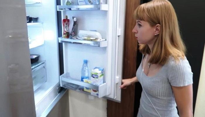 В прихожей поместили холодильник. | Фото: cpykami.ru.