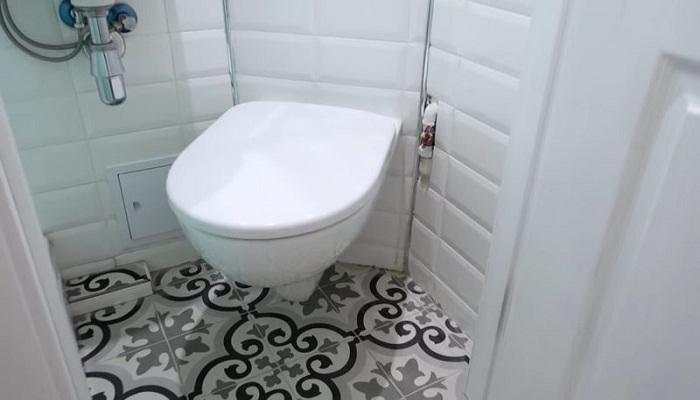 Благодаря компактному унитазу в ванной комнате смогли разместить все необходимое. | Фото: cpykami.ru.