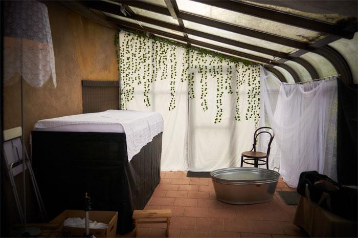 Ванная комната в пристроенном помещении со стеклянной фасадной стеной. | Фото: boredpanda.com.