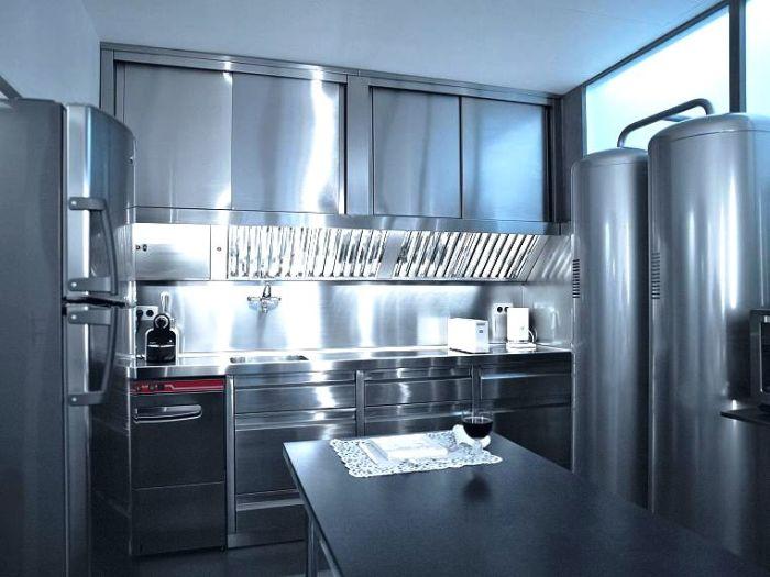 Все поверхности мебели и бытовой техники на кухни выполнены их хромированной стали (квартира Карла Лагерфельда, Париж). | Фото: Karl Lagerfeld.