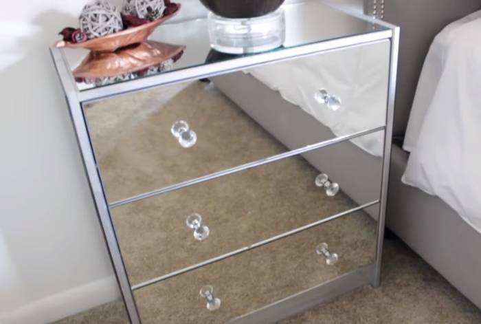 За зеркальными поверхностями нужно правильно ухаживать и держать в чистоте. | Фото: cpyami.ru.