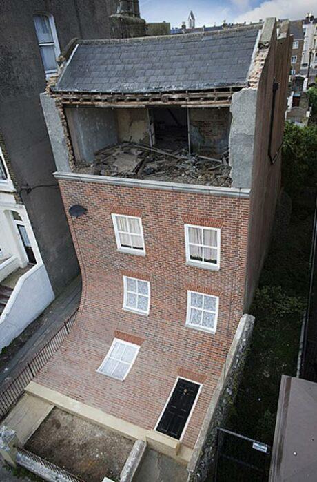 «Сползающий» фасад производит неизгладимое впечатление на прохожих (арт-объект, Магрит). | Фото: cfileonline.org.