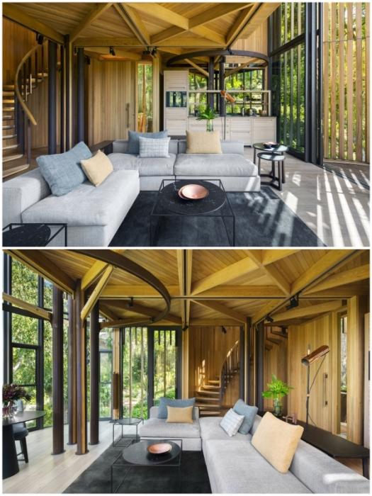 Просторная гостиная с панорамным остеклением – идеальное место отдыха в природной зоне (Treehouse Paarman, Кейптаун).