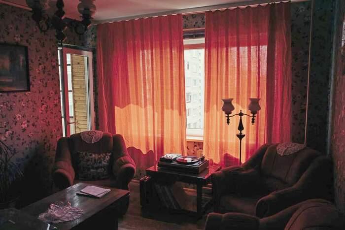 Красные шторы также нашлись в бабушкиных запасах. | Фото: design.24tv.ua.