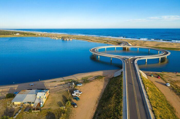 Ежедневно по мосту проезжает около тысячи автомобилей, что значительно облегчает трафик в регионе (Laguna Garzon Bridge, Уругвай). | Фото: turismorocha.gub.uy.