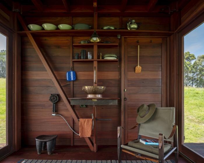 Зона кухни-столовой с минимальным набором функций и возможностей (Permanent Camping-2, Австралия). | Фото: builtworks.com.au.