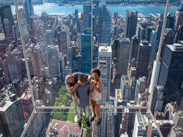 Испытать себя на прочность можно в «небесных ящиках», выходящих за пределы здания (концепт Summit One Vanderbilt, Манхэттен). | Фото: newyorkyimby.com.