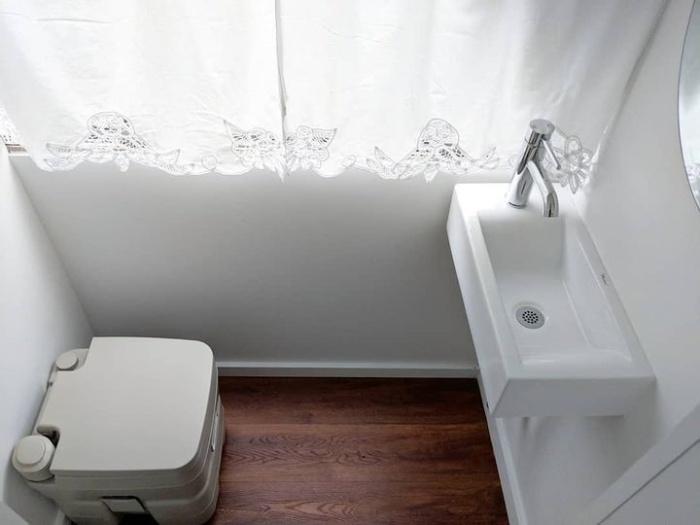В автобусе удалось обустроить небольшую ванную комнату со всеми удобствами. | Фото: travelermaster.com.