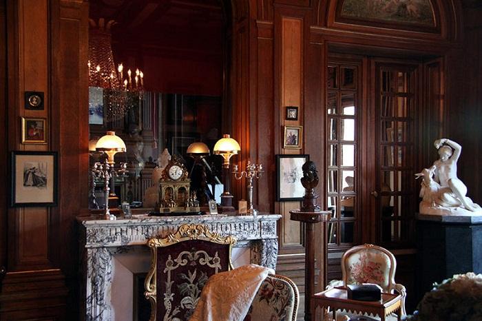 Дом является своеобразным музеем искусств.