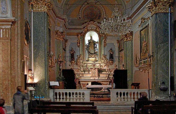 Внутреннее убранство церкви Notre Dame de l'Assomption (Эз, Франция).