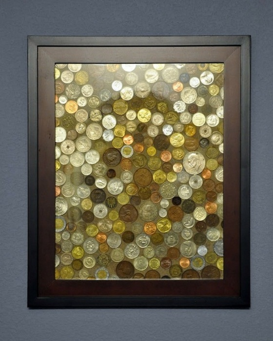 Монеты, помещенные под стекло, заменят вам картину.
