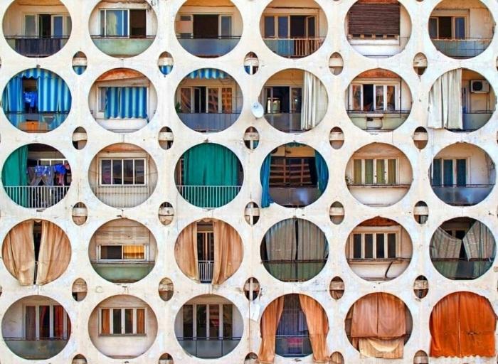 В Ливане до сих пор любят прятать свою личную территорию за ширмой (здание Куджак-Джабер, Бейрут).   Фото: pinterest.com.