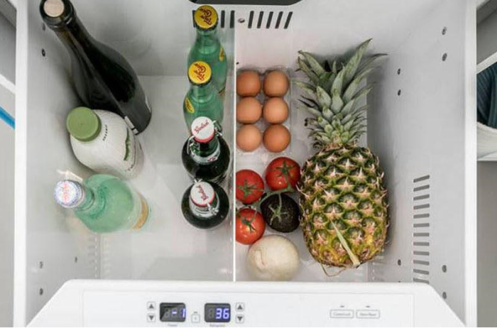 Выдвижные ящики в напольных тумбах кухонного гарнитура оснащены холодильной установкой.   Фото: mirputeshestvij.mediasole.ru.