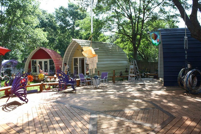 Оригинальная база отдыха из сборных каркасных домиков фирмы Arched Cabin.