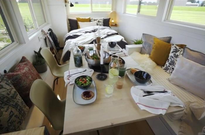 За разложенным обеденным столом найдется место для целой компании друзей и родственников (Ikea Tiny Home). | Фото: ikeatinyhome.curbed.com.