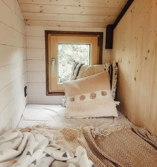 Дополнительное спальное место, которое в будущем может превратиться в детскую комнату для их малыша. | Фото: instagram.com/ © vg.venus.