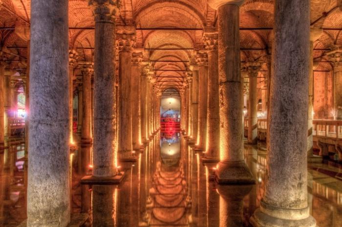 В длину Цистерна Базилика достигает 140 м. и расположена на глубине 10-12 м. | Фото: weekendblitz.com.