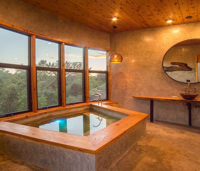 Ванная комната построена отдельно от основного домика (Yoki Treehouse).