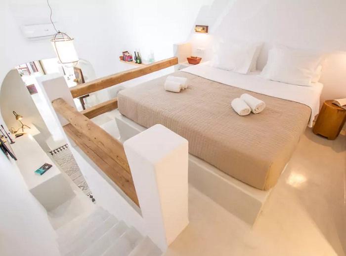 Спальня в изысканных пещерных апартаментах (Санторини, Греция).