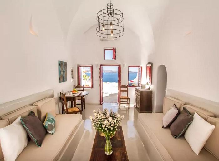 Роскошная гостиная в доме-пещере (Греция).