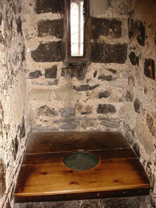 В туалете-гардеробной всегда было окошко – и проветривается, и за врагом наблюдать можно во время осады. | Фото: ancient.eu.