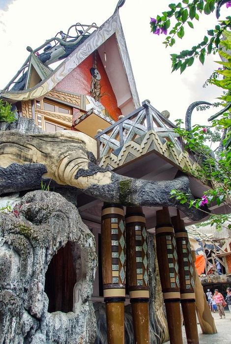 Все строения имеют необычную форму и удивляют архитектурными решениями (Crazy House, Вьетнам).