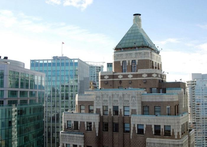 Верхняя часть небоскреба Marine Building выполнена в форме пирамиды и украшена резными элементами (Ванкувер, Канада). | Фото: greatervancouverparks.com.